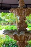 Detalhe de uma fonte clássica velha da pedra do estilo com água de fluxo Imagens de Stock Royalty Free