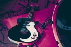 Detalhe de uma guitarra elétrica usada para concertos da música ao vivo imagem de stock