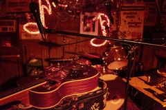 Detalhe de uma guitarra na sala de estar dos vermelhos em Clarksdale, Mississippi fotografia de stock royalty free