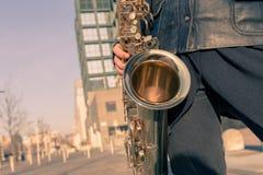 Detalhe de uma jovem mulher com seu saxofone Fotografia de Stock Royalty Free