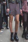 Detalhe de uma menina fora da construção do desfile de moda de Cavalli para a semana de moda 2015 de Milan Men Foto de Stock