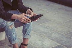 Detalhe de uma menina que trabalha com sua tabuleta Fotografia de Stock