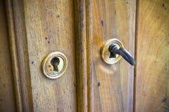 Detalhe de uma mobília italiana antiga com chaves no foregrou Imagem de Stock