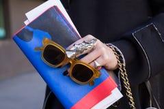 Detalhe de uma mulher elegante na semana de moda do ` s de Milan Men Fotos de Stock Royalty Free