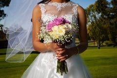 Detalhe de uma noiva e de um Boquet fotos de stock