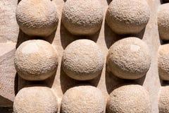 Detalhe de uma parede fortificada velha com esferas Foto de Stock Royalty Free