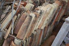 Detalhe de uma pilha de telhas velhas imagens de stock royalty free