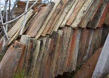 Detalhe de uma pilha de telhas velhas fotos de stock