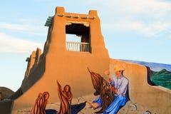 Detalhe de uma pintura mural de George Chacon de uma construção típica no Foto de Stock