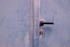Detalhe de uma porta de madeira cinzenta verde velha com fechamento Imagens de Stock