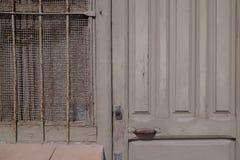 Detalhe de uma porta de madeira e de uma janela do taupe velho Imagem de Stock Royalty Free
