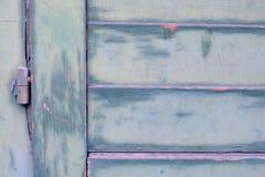 Detalhe de uma porta de madeira verde velha com dobradiça Imagem de Stock