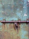 Detalhe de uma porta oxidada com parafuso de travamento de aço grosso fotos de stock
