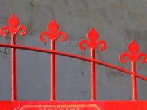 Detalhe de uma porta vermelha do ferro imagens de stock royalty free