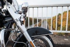 Detalhe de uma roda dianteira de uma motocicleta imagens de stock