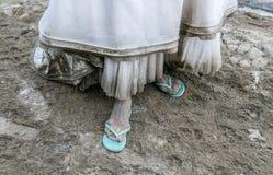 Detalhe de vestido de casamento branco sujo e de pé sujo cobertos pela lama e pela sujeira Fotografia de Stock