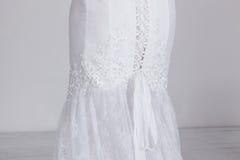 Detalhe de vestido de casamento caro luxuoso Laço, fitas do cetim, tela cara Foto de Stock Royalty Free