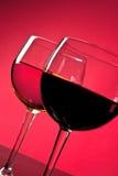 Detalhe de vidros de vinho vermelho e branco Imagens de Stock