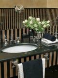 Detalhe de washbasin com parte superior de mármore preta Imagem de Stock
