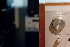 Detalhe do amplificador estereofônico de alta fidelidade do vintage imagens de stock royalty free