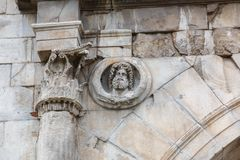 Detalhe do arco de Augustus em Rimini, Itália imagem de stock