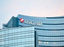 Detalhe do arranha-céus do banco de Unicredit no crepúsculo, em Milão Fotos de Stock