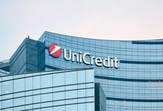 Detalhe do arranha-céus do banco de Unicredit no crepúsculo, em Milão, Itália Imagem de Stock