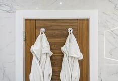 Detalhe do banheiro com vestidos de molho imagens de stock royalty free