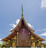 Detalhe do ` bonito do mosaico a árvore do ` da vida no templo famoso de Wat Xieng Thong de Luang Prabang, Laos fotografia de stock