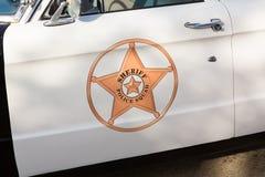 Detalhe do carro de polícia do vintage na porta Imagens de Stock Royalty Free
