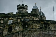 Detalhe do castelo de Edimburgo com canhões imagens de stock