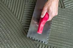 Detalhe do close-up da instalação das telhas de assoalho Melhoria home, r fotografia de stock