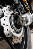 Detalhe do close up de competir o freio de disco da motocicleta com sistema do ABS e o pneu na estrada fotos de stock royalty free