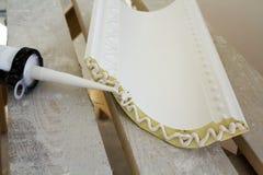 Detalhe do close-up de molde da decoração com esparadrapo da colagem antes da instalação na renovação interior imagens de stock royalty free