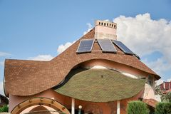 Detalhe do close-up de parte superior ecológica moderna nova da casa da casa de campo com o telhado marrom shingled no fundo do c foto de stock royalty free