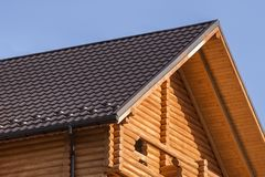 Detalhe do close-up de parte superior ecológica morna de madeira moderna nova da casa da casa de campo com o telhado marrom shing fotografia de stock