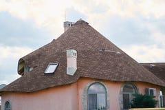 Detalhe do close-up de parte superior ecol?gica moderna nova da casa da casa de campo com o telhado marrom shingled no fundo do c imagens de stock