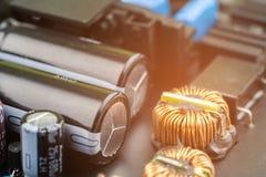 detalhe do close up de uma placa de circuito eletrônico preta Fotos de Stock Royalty Free
