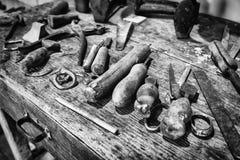 Detalhe do contador de madeira de um sapateiro fotografia de stock