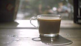 Detalhe do copo de café e colher do chá Açúcar de derramamento no copo de café filme