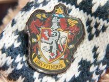 Detalhe do emblema da casa do gryffindor do crachá de Harry Potter imagens de stock