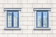 Detalhe do fundo branco da parede de tijolo e das duas janelas foto de stock royalty free