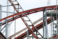 Detalhe do mecanismo de uma montanha russa com a estrutura do metal na vista fotos de stock royalty free