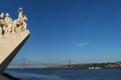 Detalhe do monumento do dos Descobrimentos de Padrao das descobertas no Tagus River em Lisboa, Portugal, com o 25 de abril Foto de Stock