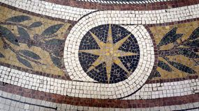 Detalhe do mosaico na galeria de Vittorio Emanuele II do assoalho milan Italy fotografia de stock