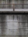 Detalhe do muro de cimento do fundo com a barra de ferro tubular foto de stock royalty free
