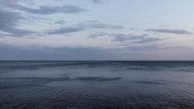 Detalhe do oceano espanhol em uma noite ventosa Costa Brava filme