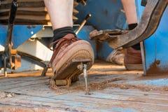 Detalhe do pé por um fazendeiro a trabalhar Fotos de Stock