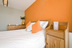Detalhe do quarto de uma cama de madeira com tabela de cabeceira Imagens de Stock Royalty Free