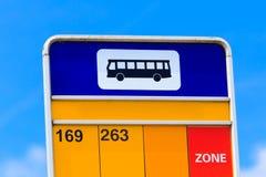 Detalhe do sinal da parada do ônibus Fotos de Stock Royalty Free